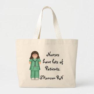 Las enfermeras tienen porciones de pacientes bolsas de mano