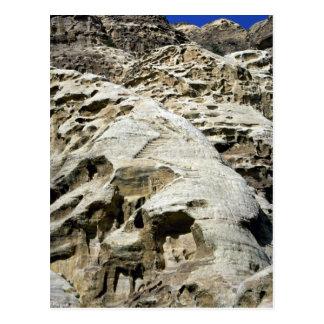 Las escaleras en las rocas acercan al monasterio postal