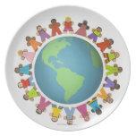 Las estatuillas étnicas multi cercan el globo platos para fiestas