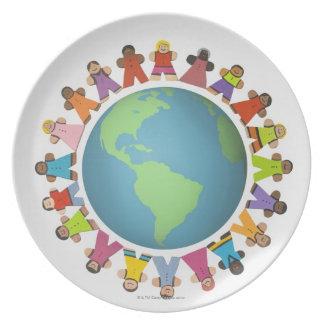 Las estatuillas étnicas multi cercan el globo plato de cena