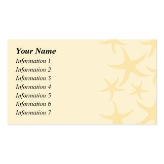 Las estrellas de mar modelan en amarillo en tarjetas de visita