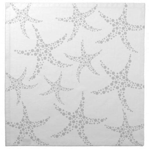 Las estrellas de mar modelan en gris claro y blanc servilleta