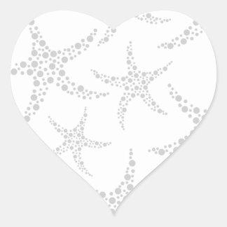 Las estrellas de mar modelan en gris claro y colcomanias de corazon