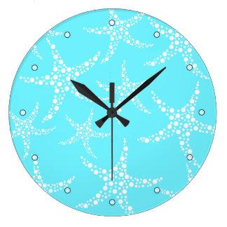 Las estrellas de mar modelan en turquesa y blanco reloj