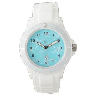Las estrellas de mar modelan en turquesa y blanco relojes de mano