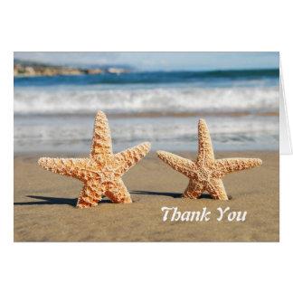Las estrellas de mar se juntan en la playa le agra tarjeta pequeña