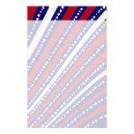Las estrellas patrióticas rayan la bandera de la l  papeleria de diseño