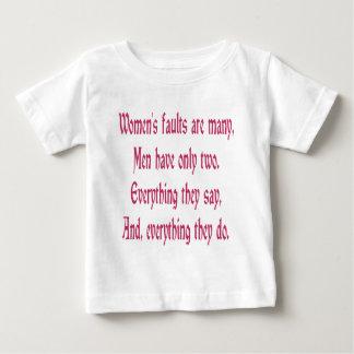 Las faltas de las mujeres son muchas playera para bebé