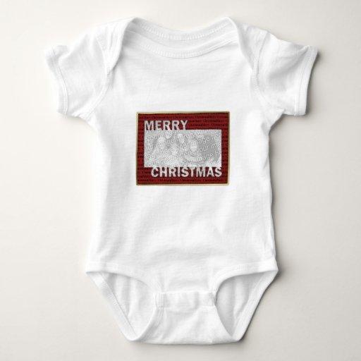 Las Felices Navidad cortaron rojo del marco de la T-shirt