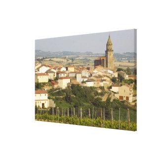 Las filas de las vides de uva en el primero plano  impresión en lona estirada