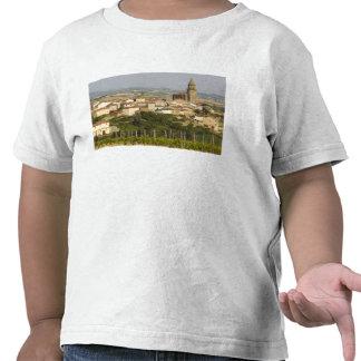 Las filas de las vides de uva en el primero plano camisetas