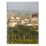 Las filas de las vides de uva en el primero plano  spiral notebooks