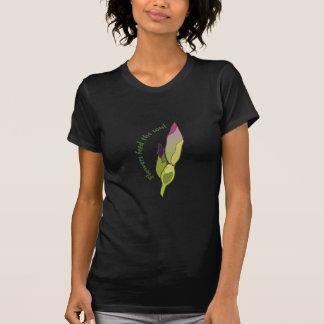 Las flores alimentan el alma camiseta