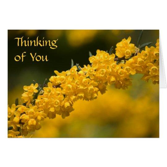 Las flores amarillas minúsculas que piensan en tarjeta de felicitación
