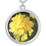 las flores amarillas se cierran encima de imagen f collar personalizado