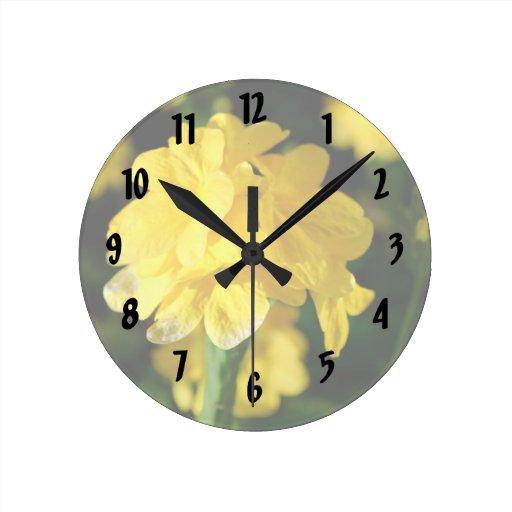 las flores amarillas se cierran encima de imagen f reloj