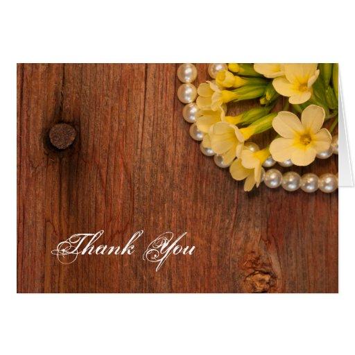 Las flores amarillas y el país de madera del tarjeta pequeña