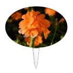 las flores anaranjadas se cierran encima de imagen figuras de tarta