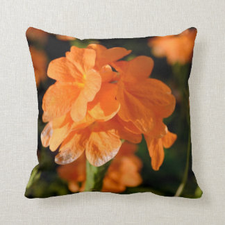 las flores anaranjadas se cierran encima de imagen cojín decorativo