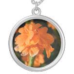 las flores anaranjadas se cierran encima de imagen colgante personalizado