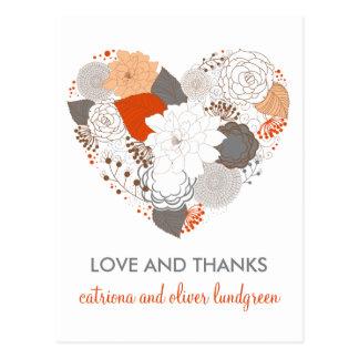 Las flores anaranjadas y grises del corazón le tarjeta postal