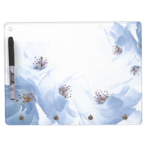 Las flores blancas secan al tablero del borrado pizarra