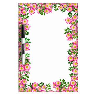 Las flores color de rosa salvajes rosadas bonitas  pizarra blanca