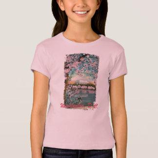 Las flores de cerezo pintaron la camisa del niño