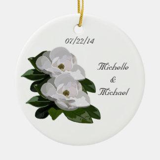Las flores de la magnolia ahorran el ornamento del adorno redondo de cerámica