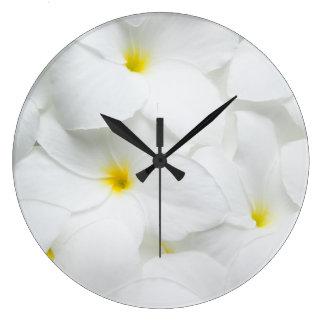 Las flores de los leus del Plumeria personalizaron Reloj Redondo Grande