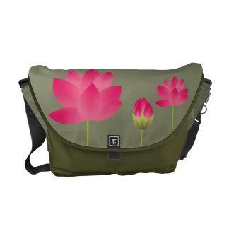 Las flores de loto rosadas rojas florecen verde de bolsas messenger