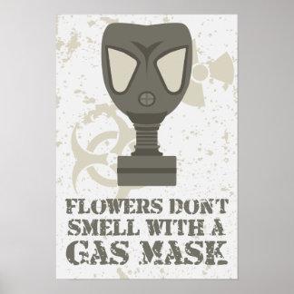 Las flores no huelen con una careta antigás póster