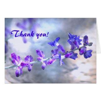 Las flores púrpuras le agradecen tarjeta pequeña