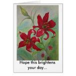 Las flores rojas brillantes aclaran su día tarjetón