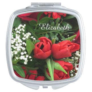 Las flores rojas personalizaron el espejo compacto