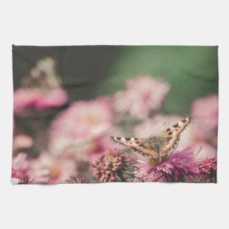 Las flores rosadas con la mariposa filtraron 3 toalla