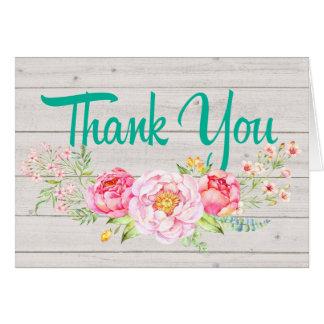 Las flores rosadas le agradecen o esconden la nota tarjeta pequeña
