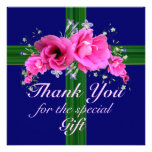 Las flores rosadas le agradecen por la tarjeta de  invitacion personalizada