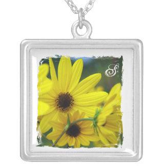 Las flores soleadas personalizaron el collar