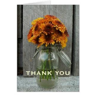 Las flores y la madera anaranjadas del granero le  tarjeta de felicitación