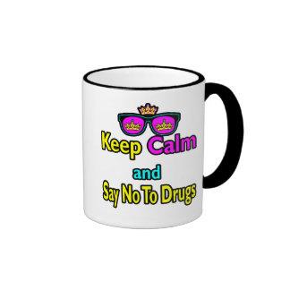 Las gafas de sol de la corona guardan calma y dice tazas de café
