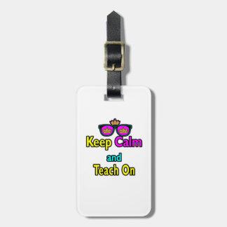 Las gafas de sol de la corona guardan calma y la e etiqueta para maleta
