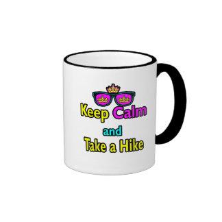 Las gafas de sol guardan calma y toman un alza taza de café