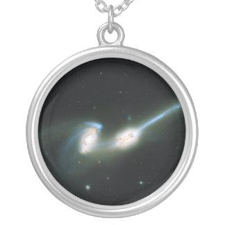Las galaxias NGC 4676 de los ratones que chocan y Colgante Redondo