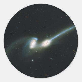 Las galaxias NGC 4676 de los ratones que chocan y Pegatina Redonda