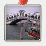 Las góndolas y los turistas acercan al puente de R Ornamento Para Reyes Magos