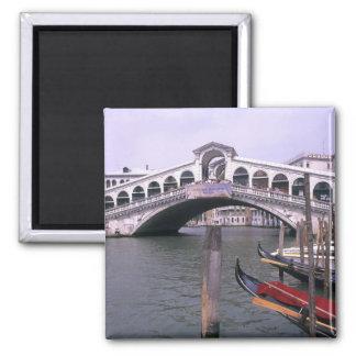 Las góndolas y los turistas acercan al puente de R Imán Para Frigorífico