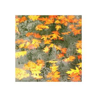 las gotas de agua en las hojas caidas envolvieron impresión de lienzo