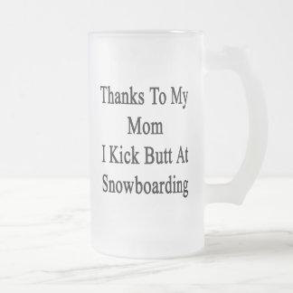 Las gracias a mi mamá golpeo extremo con el pie en taza de cristal