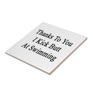 Las gracias a usted golpeo extremo con el pie en azulejo cuadrado pequeño
